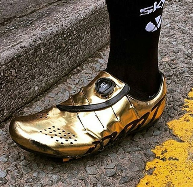 What's that? Another shot of @eliavivani mad gold medal DMT kicks you say? Wish granted!  @teamsky • • • #velokicks I #cyclingshoes I #newshoesday I #cycling | #dmt I #dmtshoes I #dmtcycling I #sockdoping l #eliaviviani