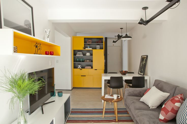 Construído pelo Stuchi & Leite Projetos na São Paulo, Brazil na data 2013. Imagens do Luis Gomes. O apartamento era um destes imóveis recém-lançados: 60 metros, dois quartos minúsculos, uma sala pequena e uma varand...