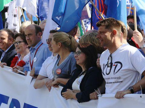 - Rząd PiS odwraca się plecami od Europy. Nie szanuje europejskich wartości. W naszych największych przyjaciołach widzi naszych największych wrogów – mówiła na marszu opozycji i KOD Kamila Gasiuk-Piho...