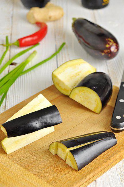 Баклажаны в остром чесночном соусе, по-китайски. - Вкусная паузаЧто нужно: Баклажаны (не толстые, без семян) - 3 шт., Масло растительное - 5-6 ст.л. + по надобности, Чеснок - 2-3 зуб., Имбирь (свежий, натертый) - 1 ст.л., Перец чили (свежий) - 1 стручок, Зеленый лук - 1 стебель, Соевый соус - 1 ст.л.. Уксус бальзамический - 1 ст.л.. Сахар-песок - 0,5 ч.л.