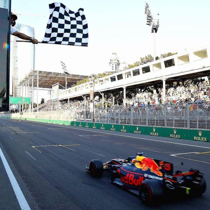 Que corrida! Ricciardo vence GP do Azerbaijão Piloto australiano faturou a vitória em Baku numa corrida marcada por incidentes e reviravoltas. Bottas foi o segundo apos ultrapassar Stroll na reta final. Jovem piloto canadense por sinal conquistou o primeiro pódio da carreira na F1. Felipe Massa estava em terceiro quando sua Williams teve problema na suspensão.  Resultado final GP do Azerbaijão.  1: Daniel Ricciardo (AUS/Red Bull) 2: Valtteri Bottas (FIN/Mercedes) 3: Lance Stroll…
