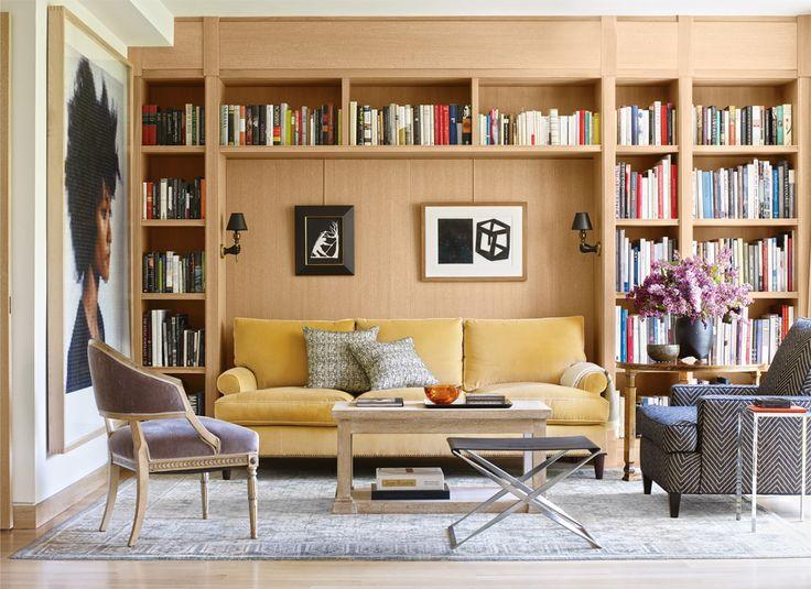 В библиотеке соседствуют модернистский стул легендарного датчанина Поуля Керхольма, диван и кресла из нью-йоркских бутиков и винтажный столик из Парижа. На стенах — портрет кисти Чака Клоуза и работы Кары Уокер