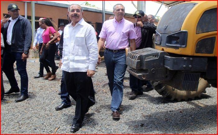 El presidente Danilo Medina y el ministro administrativo de la Presidencia, José Ramón Peralta, durante la visita del jefe de Estado a Sabana de la Mar, donde sostuvo un encuentro con los pescadores agrupados en la Asociación de Trabajadores de la Pesca.