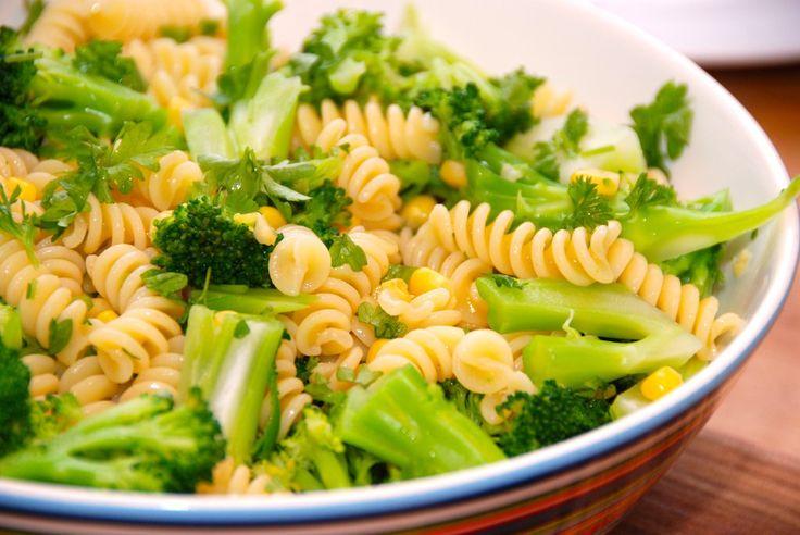 Opskrift på verdens bedste pastasalat, der laves med pasta, letkogt broccoli, majs og friskhakket persille. Vend også lidt olie i. Til verdens bedste pastasalat til fire personer skal du bruge: 300…