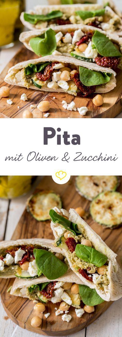 In diesen Pita-Taschen verstecken sich ein cremiges Olivenpesto, frittierte Zucchini, getrocknete Tomaten, Babyspinat und Kichererbsen.