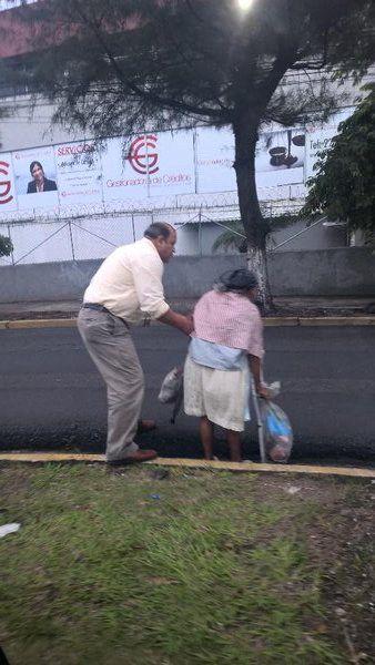 Este taxista, que se bajó de su automóvil para ayudar a esta persona a cruzar en una calle peligrosa. | 17 Personas que te regresarán la fe en la humanidad... y en México