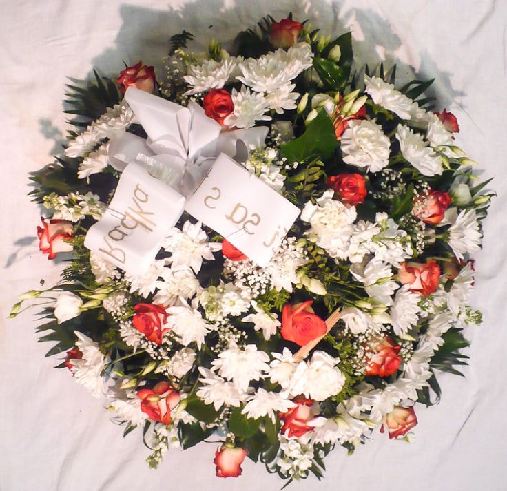 Smútočný veniec Smútočný veniec mix plný počet kvetov od 30 ks / 60 cm  40 ks/70 cm   50 ks /80cm /  64 ks /90 cm 80 ks/100 cm prevažujúca farba je voliteľná , veľkosť voliteľný   Doručenie v BA a okolí osobným kurierom na presný čas ,   Cena je vrátane doručenia v Bratislave na adresu bytovú ako aj na cintorín V cene je aj smútočná stuha s textom podla Vášho želania.  #smútočný #veniec #wreath #funeral #white #flowers #okrúhly #živý #red #roses