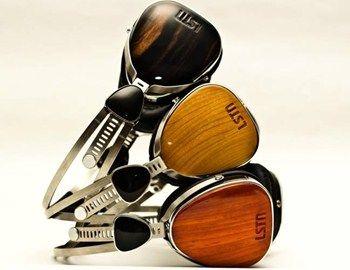 Tα vintage-like ξύλινα ακουστικά Troubadour από την LSTN είναι ιδανικά για τους λάτρεις του retro chic style. Κυκλοφορούν σε ξύλο οξιάς, κερασιάς και ebony, είναι χειροποίητα που σημαίνει ότι κανένα δεν μοιάζει με τα προηγούμενα,