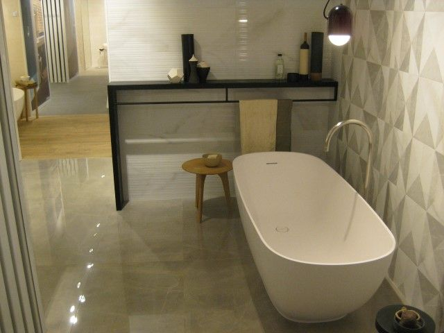The dimensions of this classic-shaped freestanding #bathtub, make Betty suitable for medium-size #bathrooms. Available in matt Mak and glossy Mak. #Marazzi @Marazzitile #showroom #Milan #designbathtub #designbath #bathroom