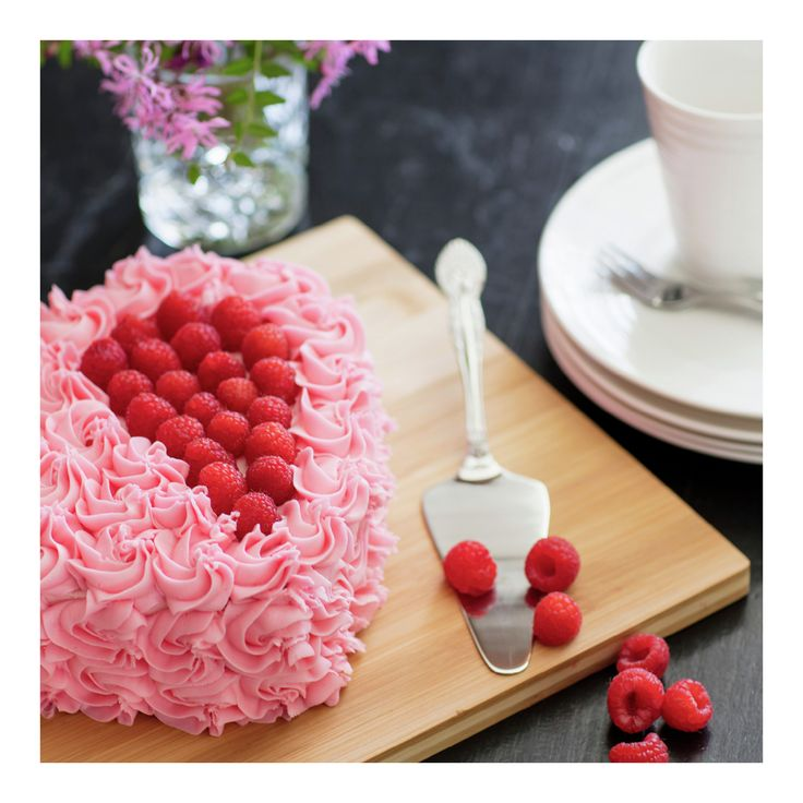Hjertekake med bringebærkrem En helt enkel sjokoladekake blir en fin kjærlighetserklæring om du steker den i hjerteform. Perfekt til dager som morsdag og Alle hjerters dag.)