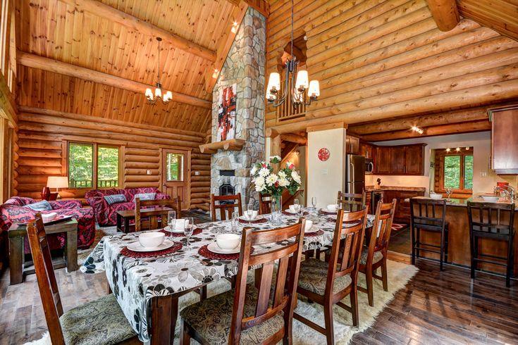Kitchen of beautiful and luxurious log chalet for rent in Mont-Tremblant, Quebec, Canada - Cuisine d'un magnifique et luxueux chalet de bois rond à louer à Mont-Tremblant, Quebec, Canada