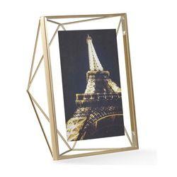 Fotorahmen Prisma 20x25 cm Inspiriert von der berühmten Glaspyramide des Louvre in Paris und entwickelt zur perfekten Präsentation Ihrer Lieblingsfotos – der urban anmutende Fotorahmen Prisma aus dem Hause Umbra überzeugt nicht nur Design-Kenner, sondern einfach alle! Durch den aufregenden Materialmix aus Glas und Metall glänzt der extravagant-luxuriöse 3-D-Bilderrahmen in Form eines Prismas nicht nur als Blickfang an der Wand, sondern auch aufgestellt auf Regalen, Vitrinen & Co. Die ...