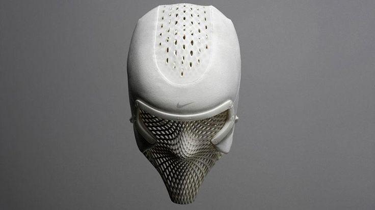 NIKEはトップアスリートのための3Dプリント冷却用ヘッドギアを開発  スポーツ用品メーカーとして数々のトップアスリートを支援するNIKE社は、米国オリンピックチャンピオン『アシュトン・ジェームス・イートン(Ashton James Eaton/米国)』のため、3Dプリント技術を利用した次世代の冷却システムを開発しました。 十種競技と七種競技の選手であり、両競技の世界記録保持者であるアシュトン・ジェームス・イートンは、2日間に渡り開催される十種競技間の限られた休憩時間内で、最適に疲労回復出来るシステムをリクエストし、ナイキスポーツ研究所(NSRL)等と共に同システムを開発しています。 メッシュ状に3Dプリントされたヘッドギア内部には冷却液を通す空間が設けられており、頭部及び顔面から首回りを効率的に冷却し、全身のクールダウンを短時間で実行できるようにしています。…