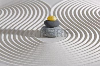 jardines zen: Jardín zen japonés con piedras apiladas en la arena
