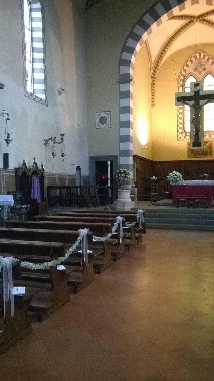 matrimonio: festone di gypsophila alle panche. interno chiesa del Borghetto
