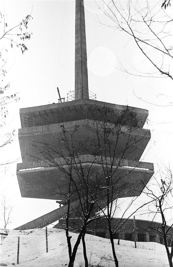 Miskolc - Javában épül a Kilián és a selyemréti lakótelep, már áll a húszemeletes a Szentpéteri kapuban, elkészül az Avas Kilátó, a Lenin Kohászati Művek a megye legnagyobb munkaadója. Varázslatos miskolci fotók a hatvanas évekből.