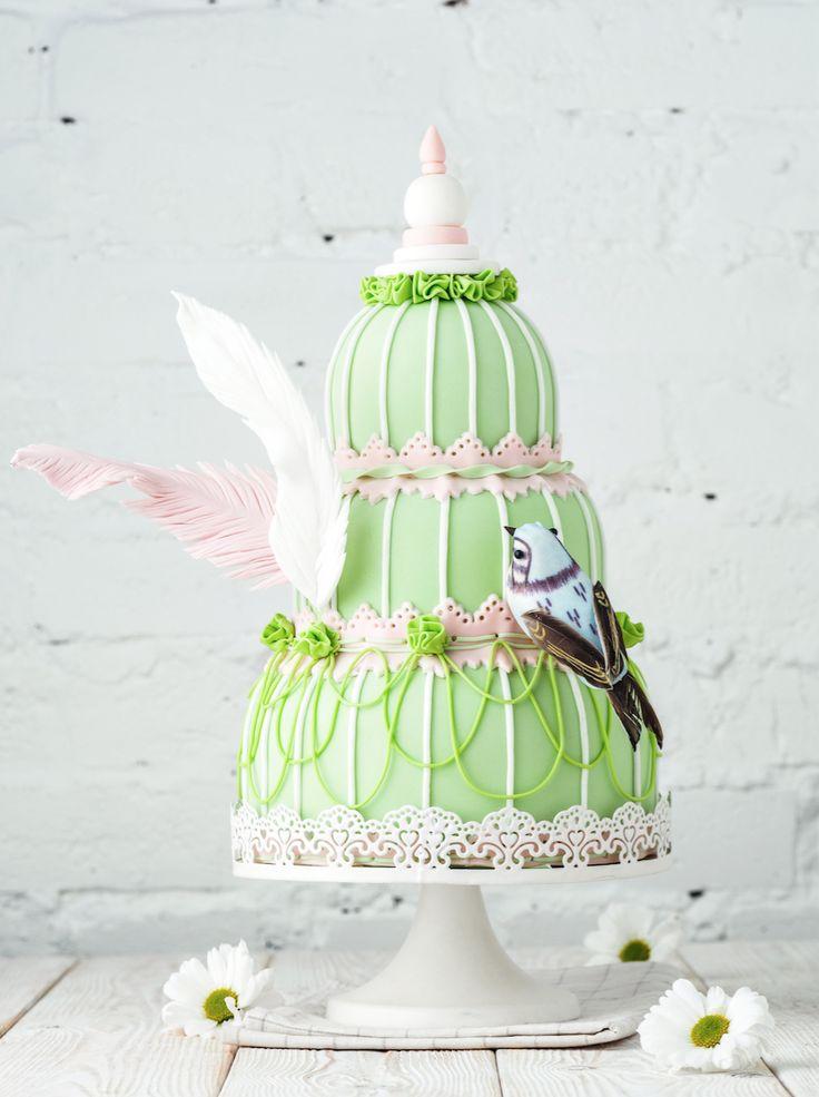 Изящный,дизайнерский свадебный торт ,с нежными сахарными пёрышками и маленькой птичкой . Кондитерская Tiramisu https://vk.com/tiramisucake Cake@tiramisu.ru