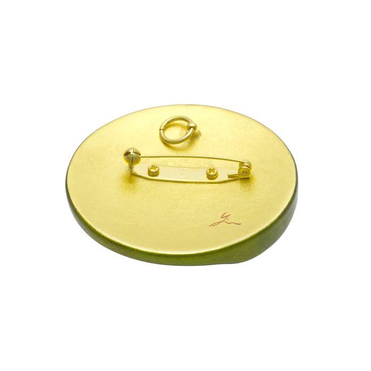 身につける漆 蒔絵のアクセサリー ブローチ  新月 ピスタチオ色 坂本これくしょんの艶やかで美しくとても軽い「和木に漆塗りのアクセサリー」 Wearable URUSHI Accessories Makie brooch New Moon pistachio color ヨーロピアンテイストの格調あるグリーン色の艶やかに美しい香りたつような人気のお色、蒔絵は金箔で刷毛目(はけめ)のシャープなラインに銀粒にアクセントの銀粒添え、ピスタチオ色と蒔絵の絶妙なバランスは、華やかな雰囲気を持ちながら派手すぎない、上品さを表現しています。  #漆アクセサリー #漆のアクセサリー #漆ジュエリー #軽いアクセサリー #漆のブローチ #新月 #ヨーロピアンテイスト #金箔蒔絵 #ピスタチオ色 #wearable #身につける漆 #漆塗り #軽さを実感 #坂本これくしょん