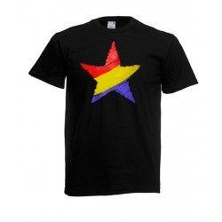 La camiseta Estrella Republicana es negra y en el centro incluye la serigrafía de una estrella de cinco puntas con los colores de la bandera republicana. La camiseta es de manga corta y se encuentra en diferentes: S, M, L, XL y XXL