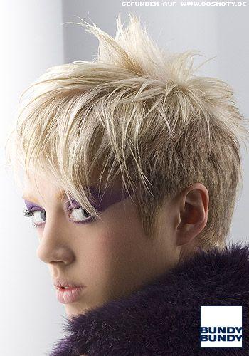 Lässig in die Stirn gestylter Kurzhaarschnitt / Frauen