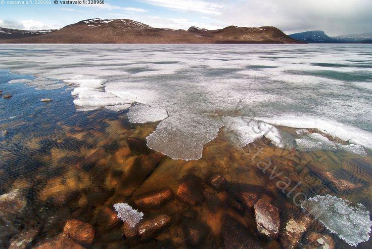 Jäidenlähtö - Lappi järvi kevät jää sula ranta sulaa kivikko tunturi maisema