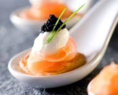 Blinis crémeux au saumon et oeufs de poisson (facile, rapide) - Une recette CuisineAZ