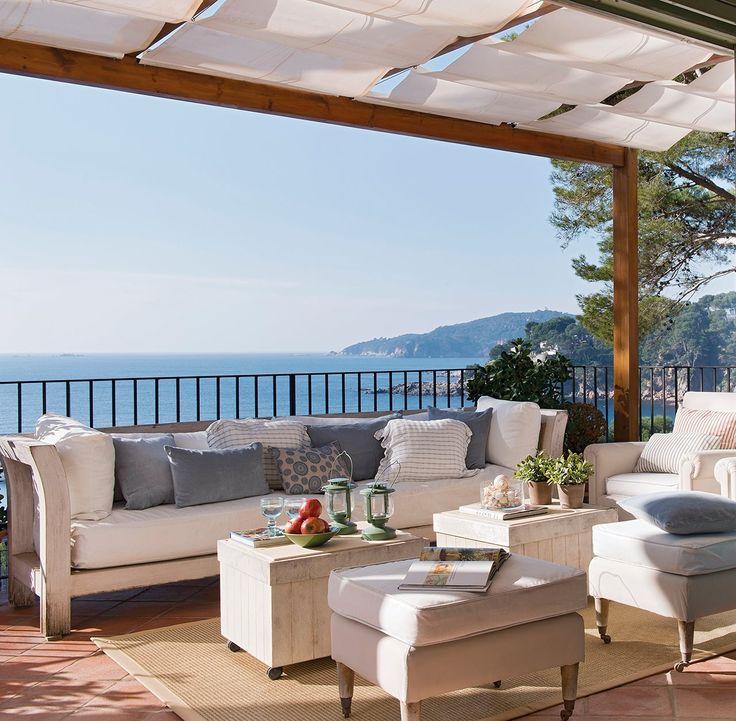 Terraza con sof s frente al mar con vistas al mar for Terrazas con sofas