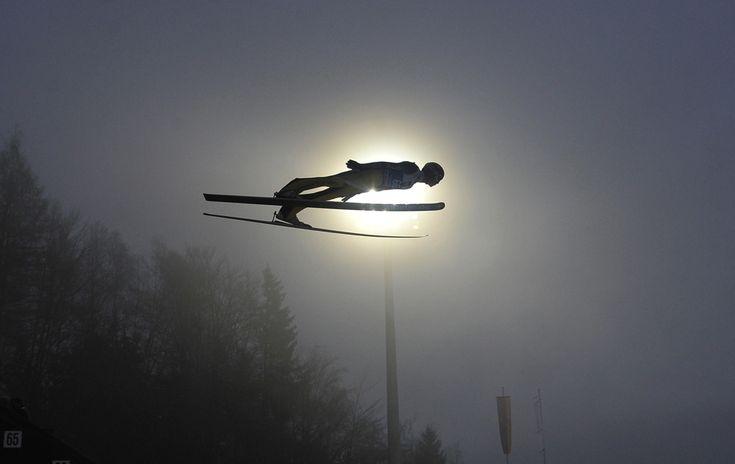 Andreas Wellinger, Germania, sare cu schiurile în timpul unei sesiuni de antrenamente din timpul competiţiei celor Patru Trambuline din cadrul FIS Ski Jumping World Cup, în Bischofshofen, Austria, duminică, 5 ianuarie 2014. (  Samuel Kubani / AFP  ) - See more at: http://zoom.mediafax.ro/sport/imaginile-sportive-ale-inceputului-de-an-11929879#sthash.Hvy4r1ZP.dpuf