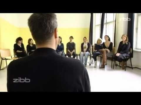 Ein Fernsehteam des RBB hat einen Bewerber zur Aufnahmeprüfung an der berliner schule für schauspiel begleitet.