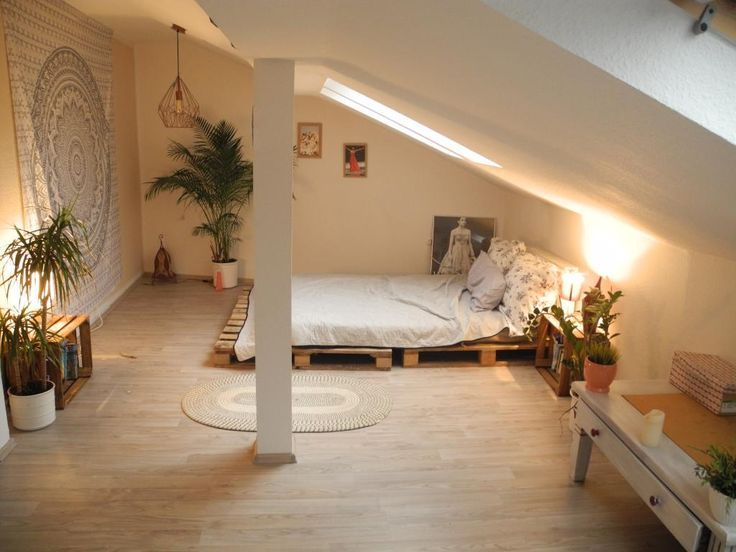 Ein WG-Zimmer mit Palettenbett und Beistelltisch a…