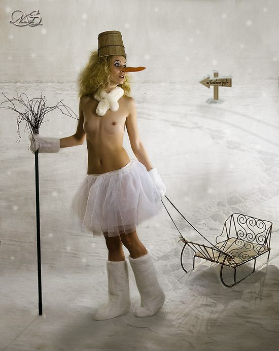 Снегурки нынче не в моде, в моде Снеговичеллы. Морковка не вшоплена, к носу приклеена. За сани спасибо доброй девочке Анюте. За метлу охраннику. За начёс спасибо терпению модели ) #морковка #сани #снеговик #зима Автор: LuNatik (Наталья Судова)