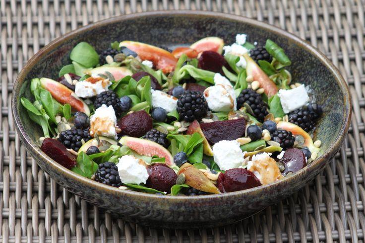 Salade met biet vijg braam en geitenkaas Natalie heeft ons prachtige Prato Pastabord gebruikt. #servies #prato