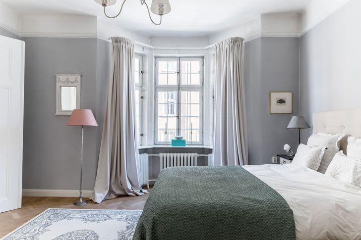 Эта очаровательная квартира в Стокгольмевыглядит слегка необычно, как для типичной современной скандинавской квартиры, к которым мы привыкли. Дело в том, что дизайнеры захотели добавить в интерьер больше изящных классических элементов вместо знакомых современных, и попытались создать некое ощущение загородного дома во французском стиле. Благодаря этому получилось очень приятное и красивое жилье с претензией на «интерьер …