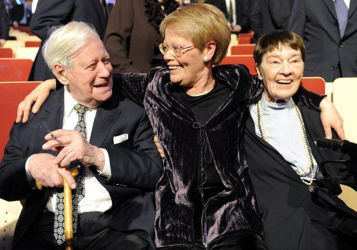 Das Ehepaar Schmidt mit Tochter Susanne bei einer Feier 2009 in Hamburg. Loki...