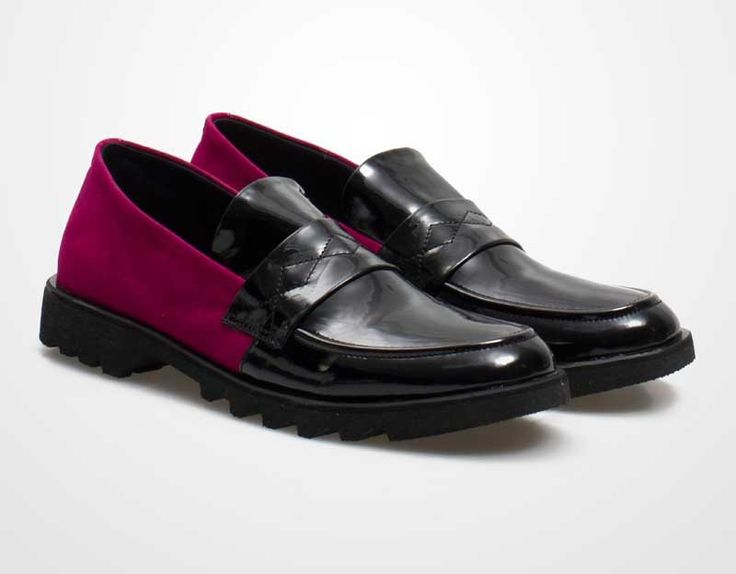 Bold Loafers by in her shoes. A masculine but feminine look in the same time with this shoes, black color combined with red violet color. Pair it up with sleeveless shirt and flare skirt. made from sueda nad synthetic leather. http://zocko.it/LEIuQ