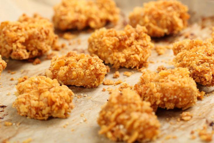 Így csinálj rántott húst liszt, tojás, zsemlemorzsa nélkül - Hozzávalók 4 személyre: 1 kg csirkemell 1 kis doboz natúr joghurt 15 dkg zabpehely 10 dkg parmezán sajt 2 gerezd fokhagyma só bors
