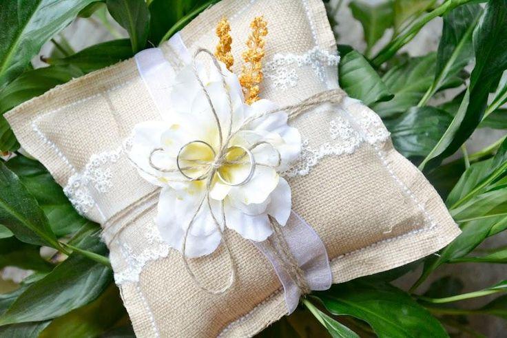 Con un trozo de tela de arpillera y poco materiales más, puedes hacer el cojín para llevar los anillos al altar.¡Mira!