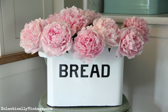 How gorgeous is this peony arrangement - check out her tips for peony planting and care kellyelko.com