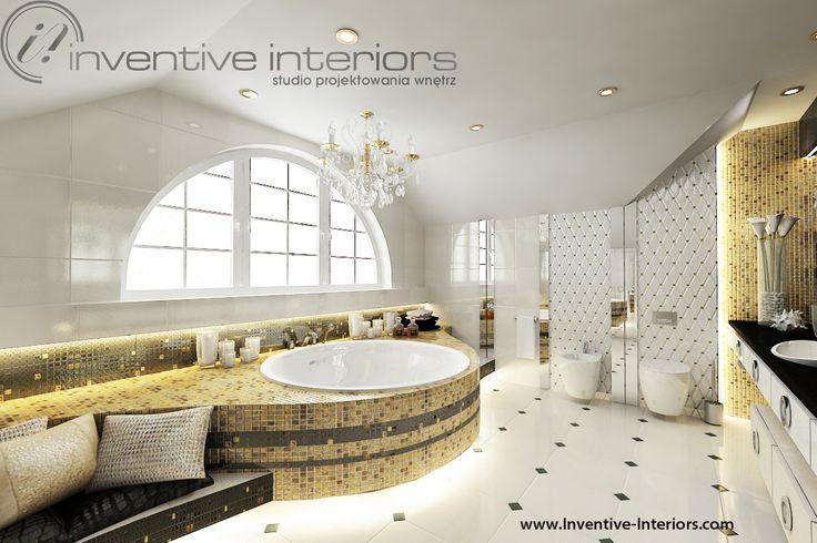 Projekt łazienki Inventive Interiors - złota mozaika na wannie w ekskluzywnej łazience na poddaszu
