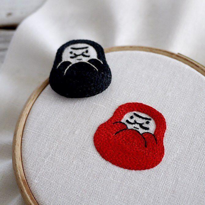 daruma brooch うれしい手縫いダルマ家庭糸の針仕事ノート 横田株式会社 / グラフィック社刊  ダルマ糸さんの本より取材うけました 手縫いについてどうして刺繍作家になったのかなどを1ページほど載せていただきました いままであまり詳しくは話してこなかった私事をお話しさせていただいています 他にも有名な方々が登場していて読み応えたっぷりです 今回はダルマ糸なのでダルマの刺繍ブローチの作り方を掲載です by yumikohiguchi