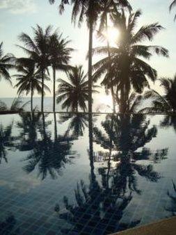 тропический вид на океан бассейн