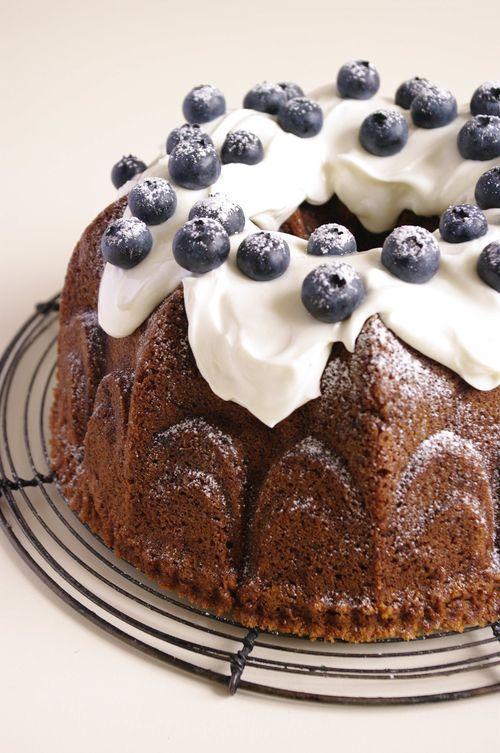 Délicieux gâteau réalisé dans un moule couronne, ce bundt cake myrtille allie la fraîcheur des fruits et du glaçage avec une base très gourmande.