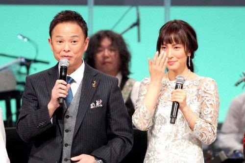 涙を流して、「MUSIC FAIR」降板を発表した鈴木杏樹(右)。左は恵俊彰(C)フジテレビ