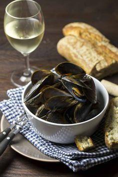 """Wenn im Monatsnamen ein """"r"""" vorkommt, dann ist Muschelzeit. Für viele sind sie puristisch in Wein am besten. Bittesehr: Miesmuscheln in Weißwein! Bäm!"""