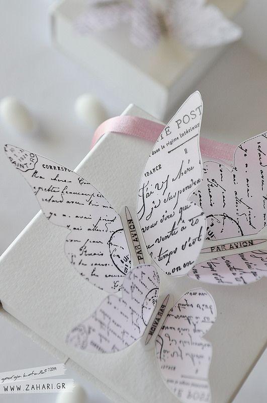 Vintage μπομπονιέρα με πεταλούδες. Λεπτομέρεια ρομαντικής μπομπονιέρας αρραβώνων. Πεταλούδες, ρομαντικές επιστολές, λευκό και απαλό ροζ.