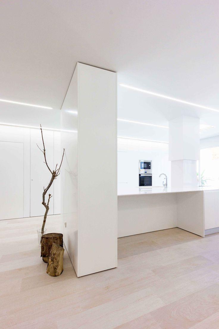 Isla en cocina minimalista en reforma de casa. Chiralt Arquitectos Valencia.