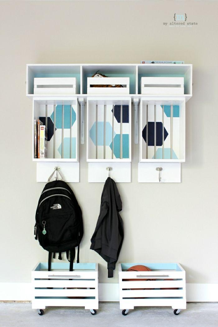como-hacer-muebles-con-palets-organizador-pared-percha-palets-blanco-azul-mochila