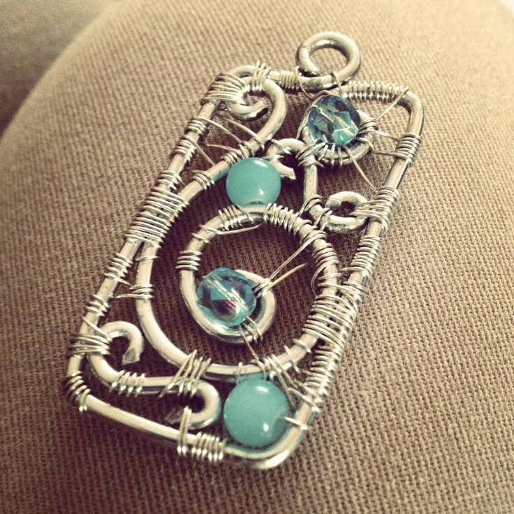 Ciondolo in alluminio con perle di vetro e biconi azzurri