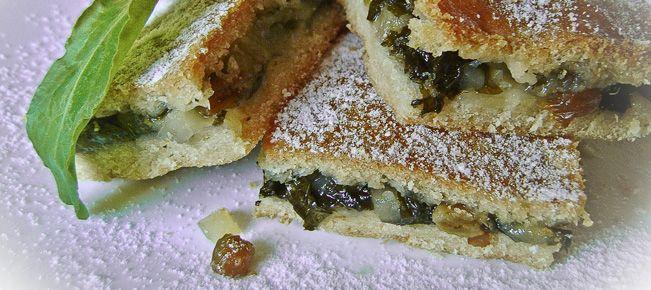 Сладкий пирог со щавелем ========================= Неожиданный ход на вашей кухне - сладкий песочно-дрожжевой пирог с начинкой из щавеля, в постном формате :-)