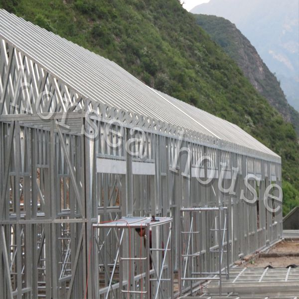 Steel construction villa frame is built in Wutaishan, on the mountain, though it is cold in the evening, the wall of the steel structure house can keep the house very warm!